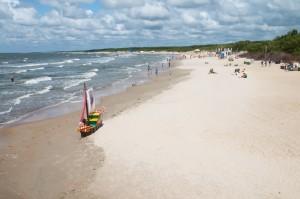 Stranden åt ena hållet.