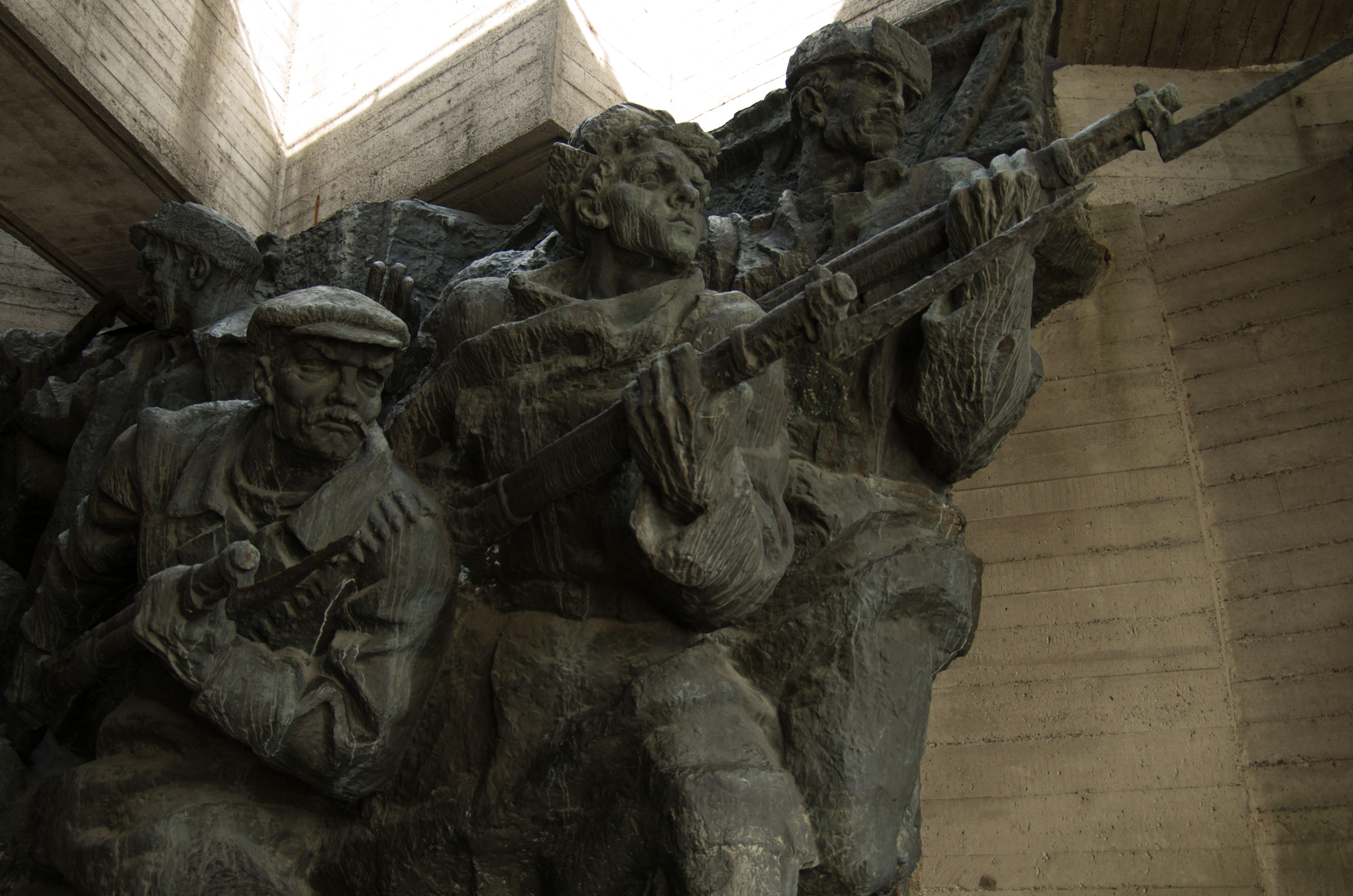 Några av alla statyer kring monumentet