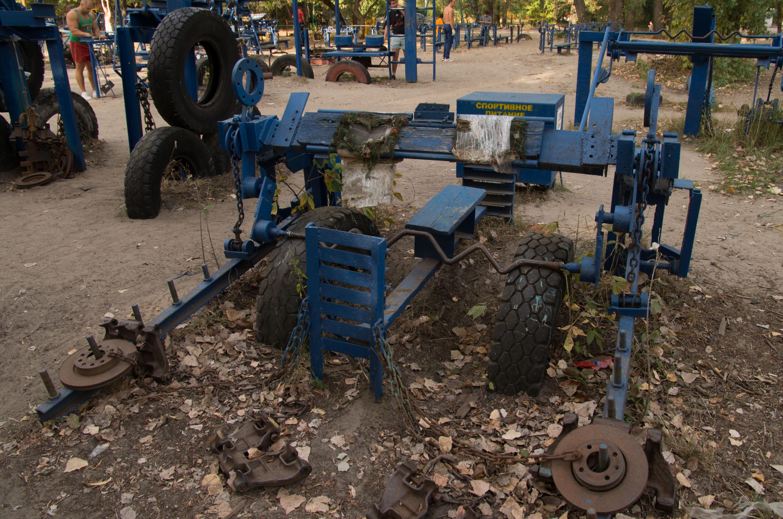 En av alla träningsmaskiner som är byggda av skrot